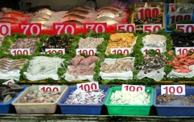 Fresh seafood on sale in the Chijin District, Kaohsiung City, Taiwan. 1-1-2005. This is a file from the Wikimedia Commons. User: Changlc